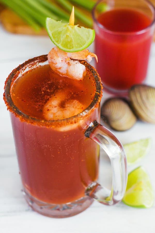 Bière de Michelada avec le jus de tomates, les crevettes, la palourde et le citron, cocktail mexicain de boissons au Mexique photographie stock libre de droits