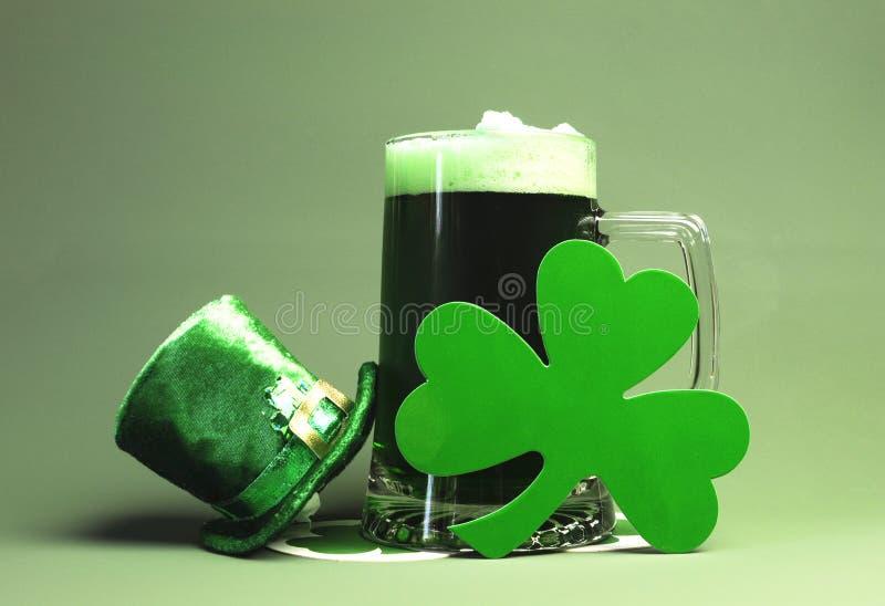Bière de St Patricks, oxalide petite oseille et chapeau verts de lutin photographie stock libre de droits
