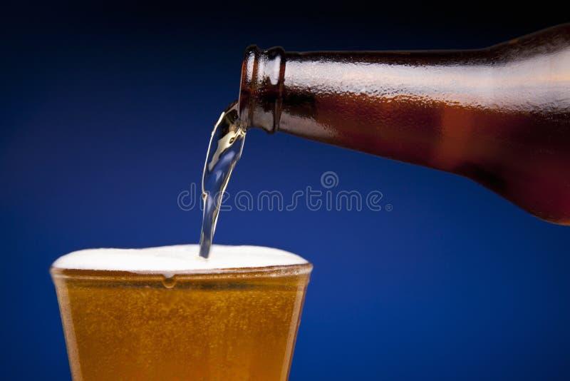 Bière de versement photographie stock