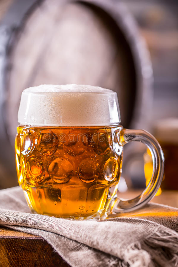 Bière Deux bières froides Bière pression Bière anglaise d'ébauche Bière d'or Bière anglaise d'or Bière de l'or deux avec la mouss images libres de droits
