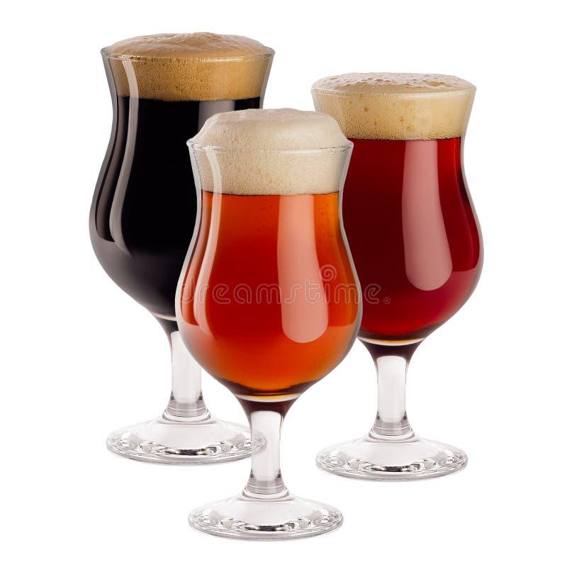 Bière différente dans des verres à vin avec la mousse - bière blonde allemande, bière anglaise rouge, portier - d'isolement sur l image stock