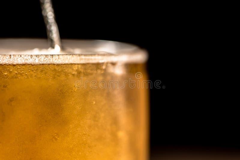 Bière en verre sur le fond noir photos stock