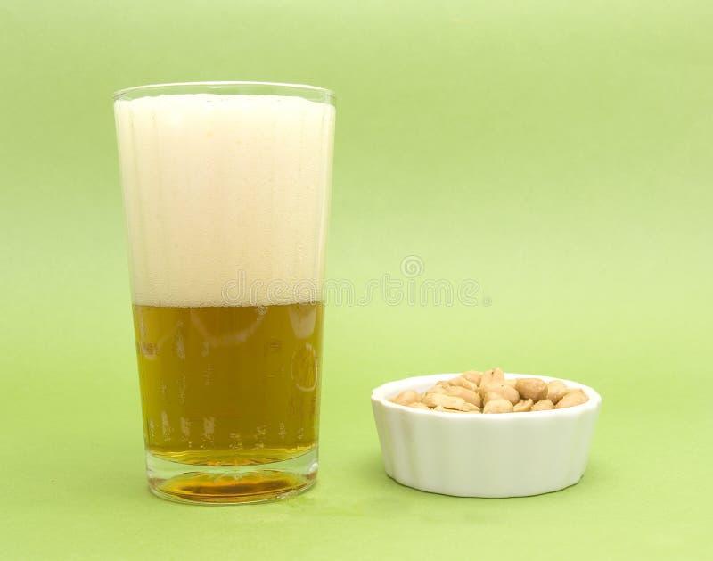 Bière et arachides images libres de droits