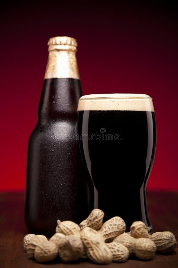 Bière et arachides photo libre de droits
