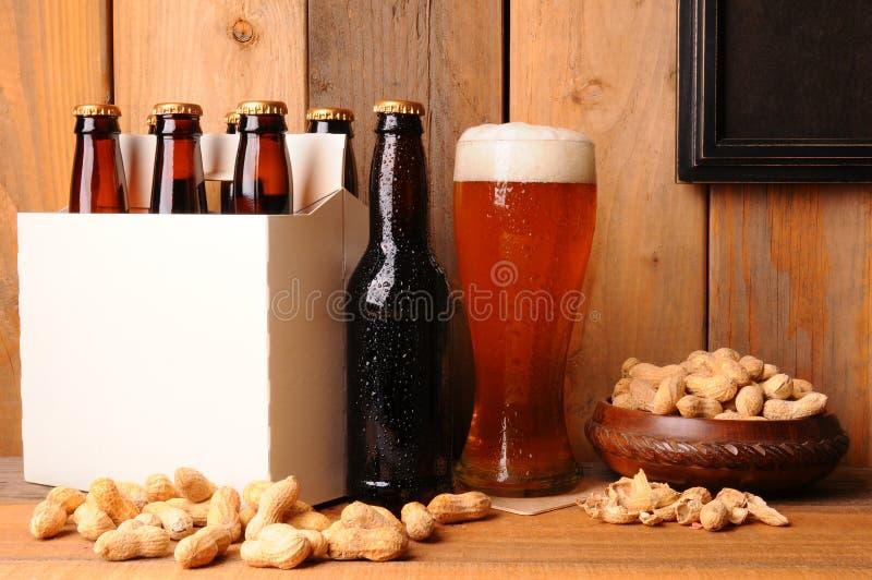 Bière et arachides dans la configuration rustique photo libre de droits