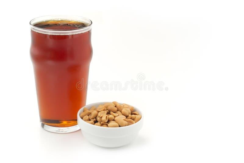 Bière et arachides rouges image libre de droits