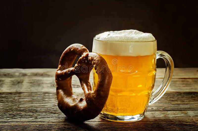 Bière et bretzel image stock