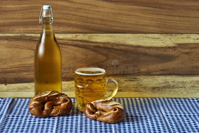 Bière et bretzels image stock