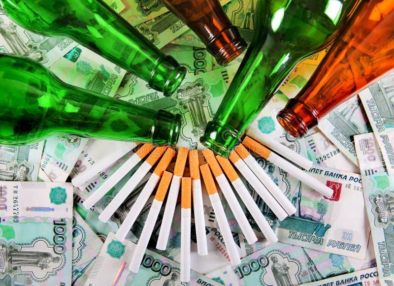 Download Bière Et Cigarettes Sur L'argent Photo stock - Image du côté, penchant: 56484868