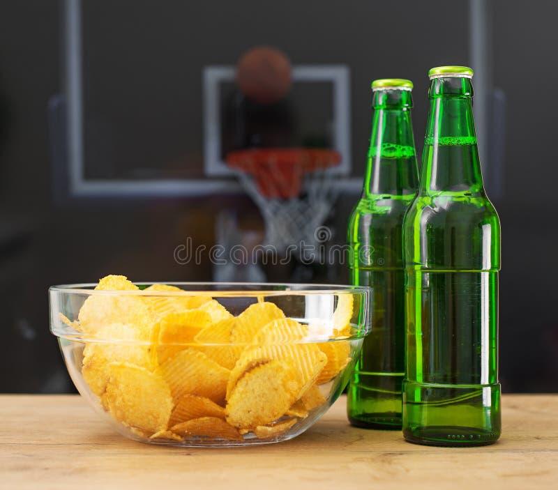 Bière et pommes chips photographie stock