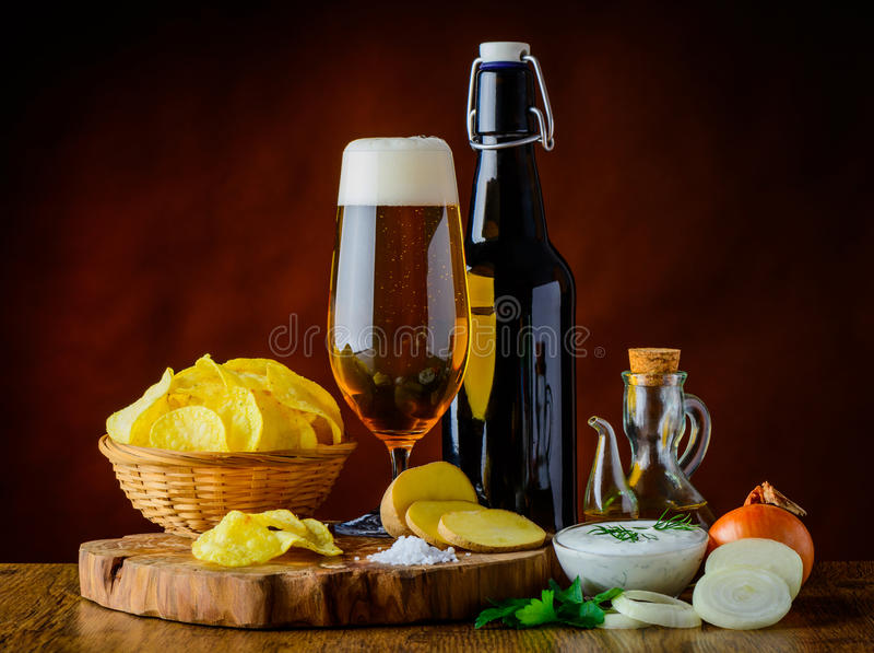 Bière et pommes chips avec l'immersion image libre de droits