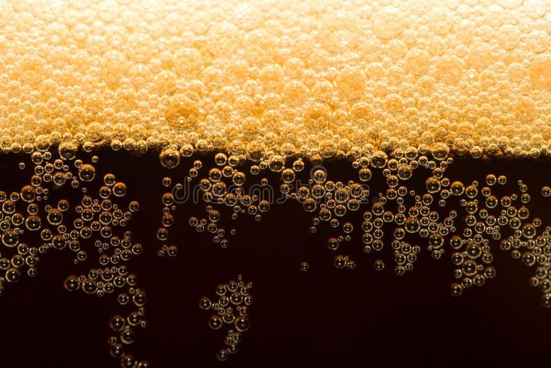 Bière foncée avec de la mousse photos libres de droits