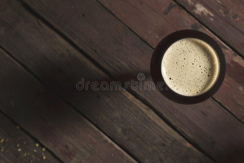Bière foncée dans une glace photos stock