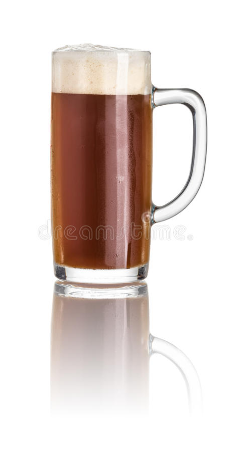 Bière foncée dans une tasse de bière image stock