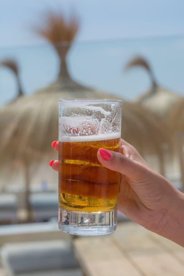 Bière fraîche à la plage photos stock