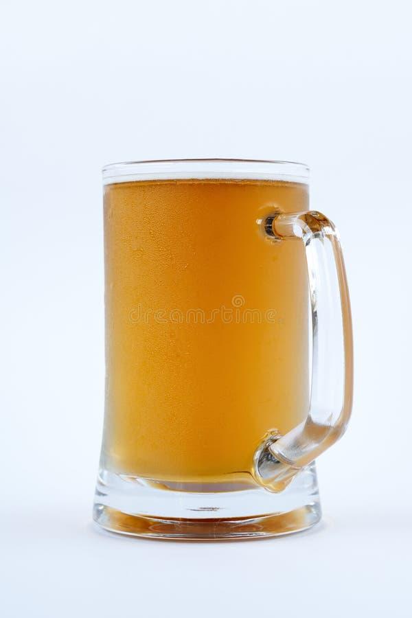Bière fraîche froide dans une tasse images stock