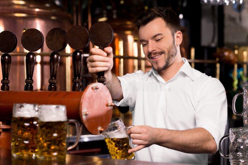 Bière fraîchement tapée. photographie stock libre de droits