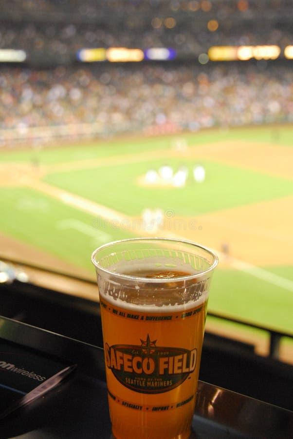 Bière froide au champ de Safeco photos libres de droits