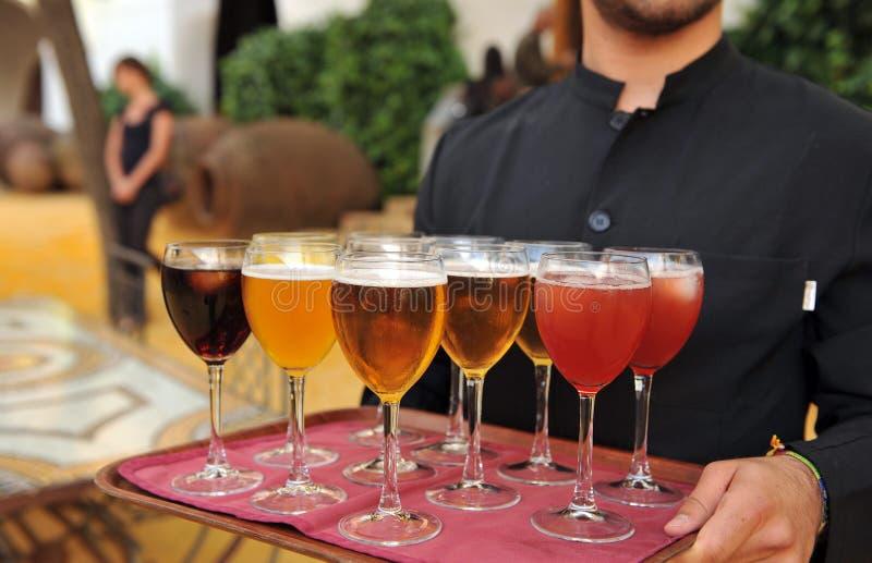 Bière froide et boissons non alcoolisées, barman, service de approvisionnement photos libres de droits