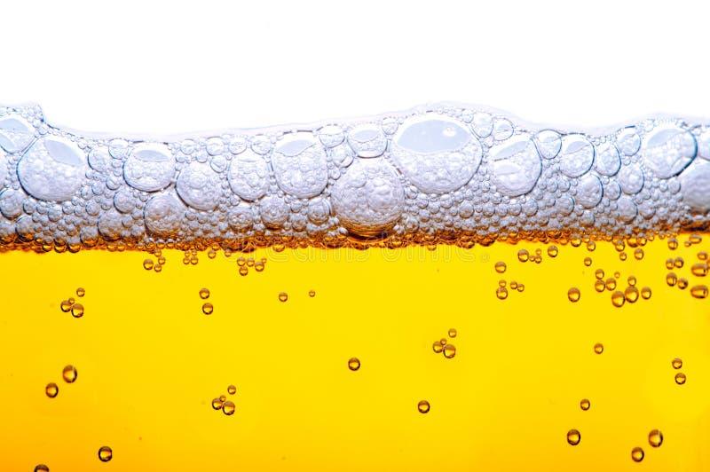 Bière jaune avec de la mousse photographie stock