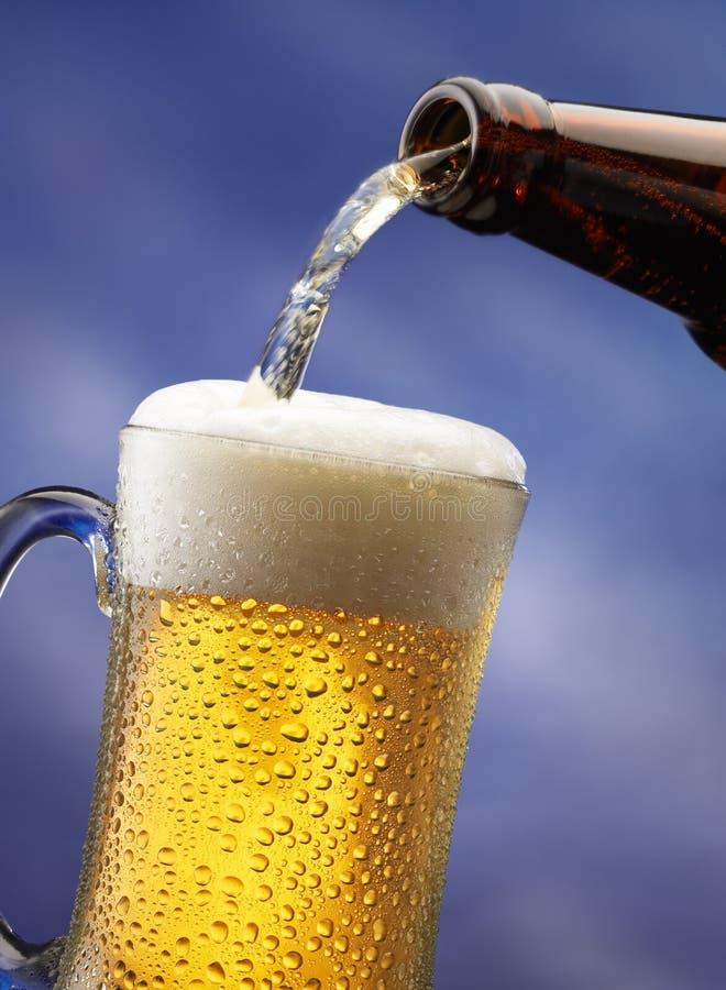 Bière pleuvante à torrents photographie stock