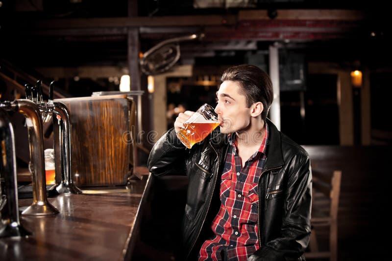 Download Bière Potable D'homme Dans Le Bar Image stock - Image du métier, alcool: 56489019