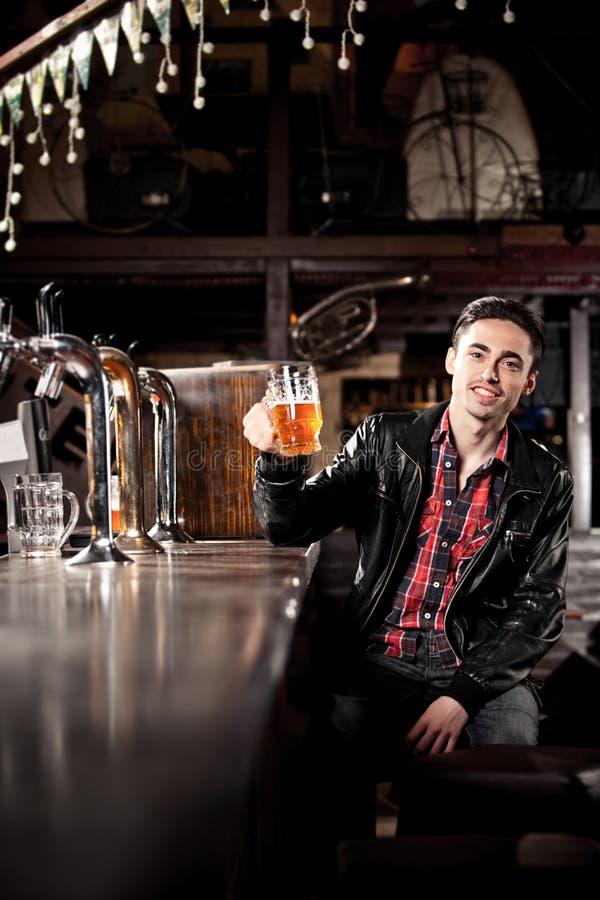 Download Bière Potable D'homme Dans Le Bar Image stock - Image du adulte, fermé: 56489513