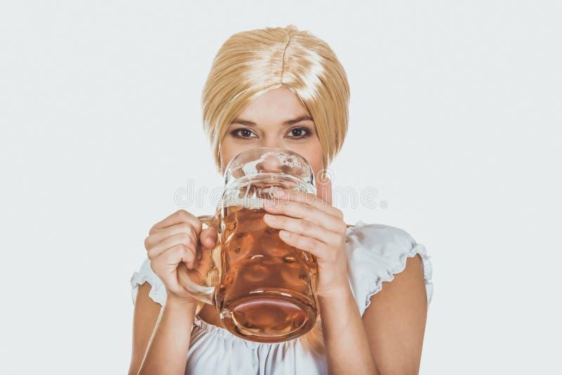 Bière potable de belle femme bavaroise image stock