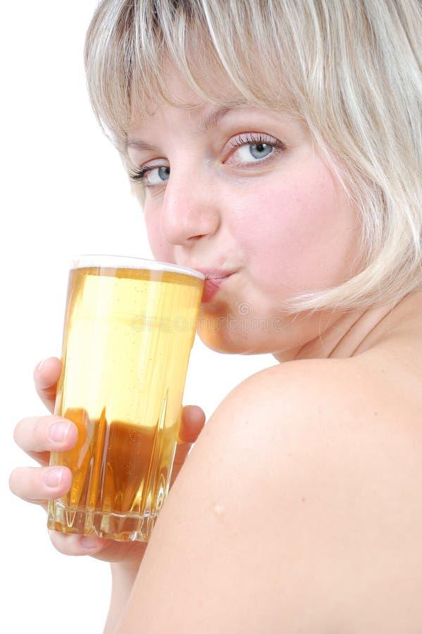 Bière potable de belle fille blonde photographie stock