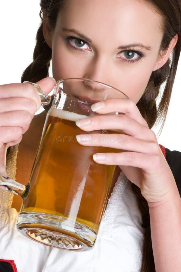 Bière potable de femme photographie stock libre de droits