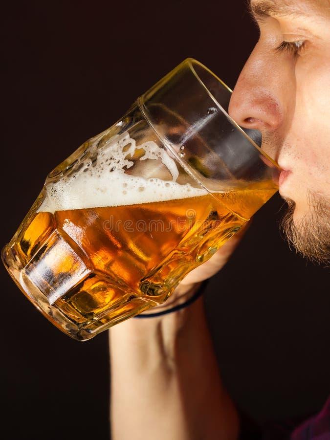 Bière potable de jeune homme beau image libre de droits