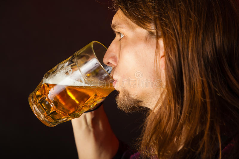 Bière potable de jeune homme beau image stock