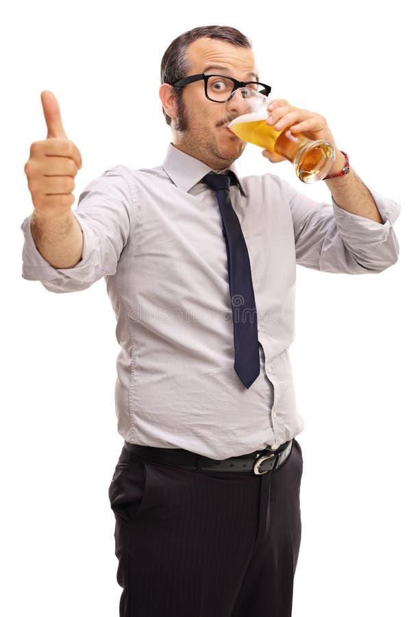 Bière potable de jeune homme d'affaires photos stock
