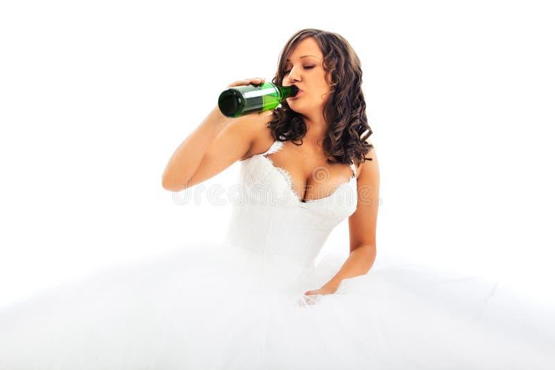 Bière potable de jeune jeune mariée image libre de droits