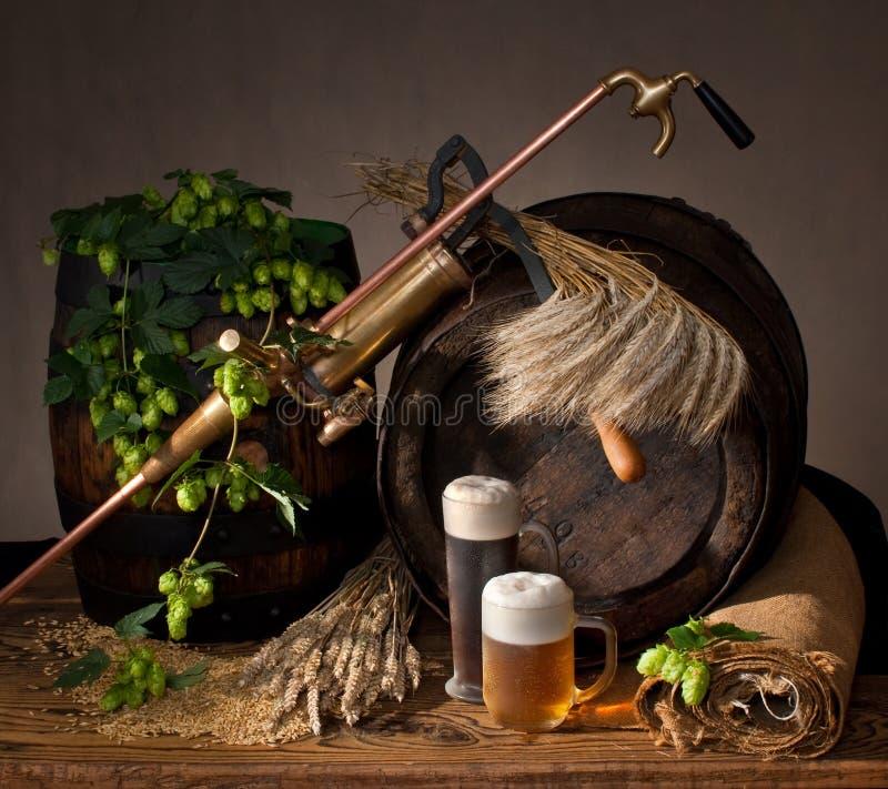 Bière pression avec des houblon photo libre de droits