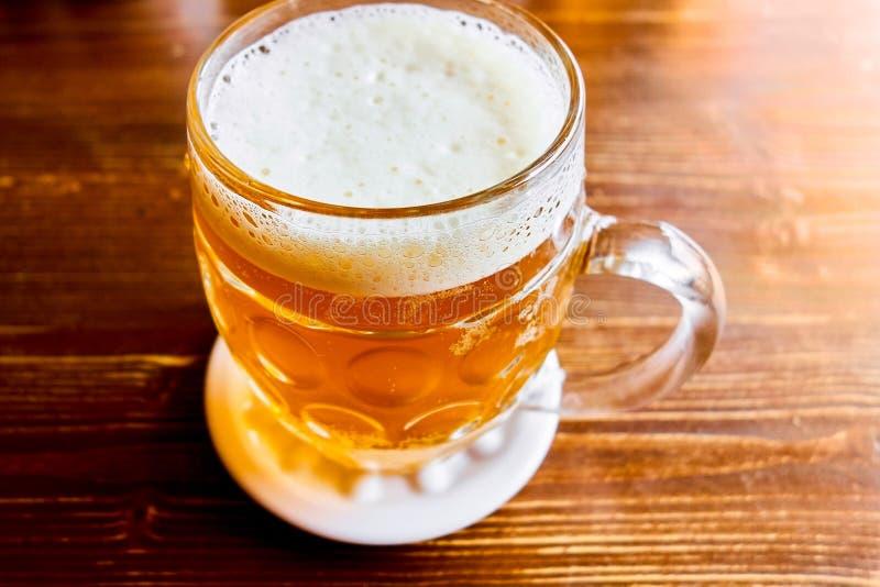 Bière pression tchèque traditionnelle en verre images libres de droits