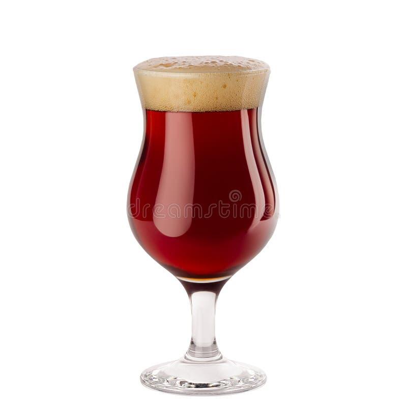 Bière rouge de bière anglaise dans le verre à vin avec la mousse d'isolement sur le fond blanc images stock