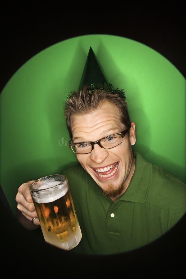 Bière s'usante de fixation de chapeau d'homme caucasien. photo stock