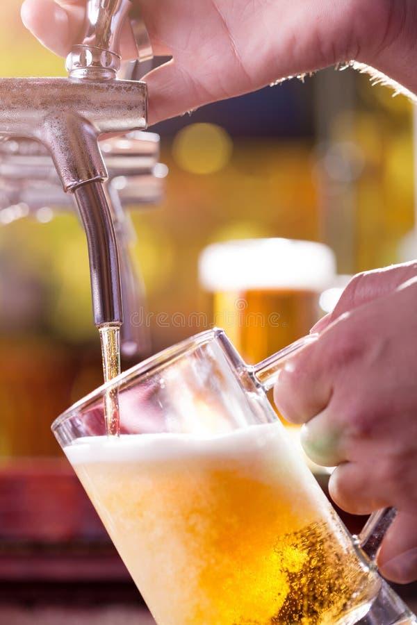 Bière se remplissant image stock