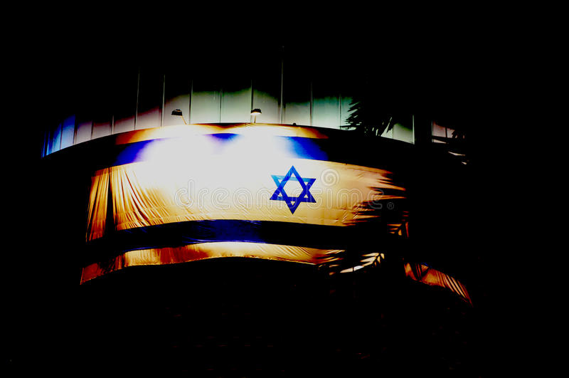 Bière-Sheva, ISRAËL - avril 2012 : Drapeau israélien dans le ciel nocturne noir dans le Jour de la Déclaration d'Indépendance d'I image stock