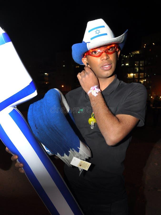 Bière-Sheva, ISRAËL - avril 2012 : Le type avec le drapeau israélien gonflable le Jour de la Déclaration d'Indépendance en bière- photos libres de droits