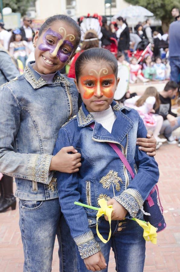 Bière-Sheva, ISRAËL - 5 mars 2015 : Fille deux de l'adolescence à la peau foncée dans la robe de denim avec le maquillage de papi photographie stock