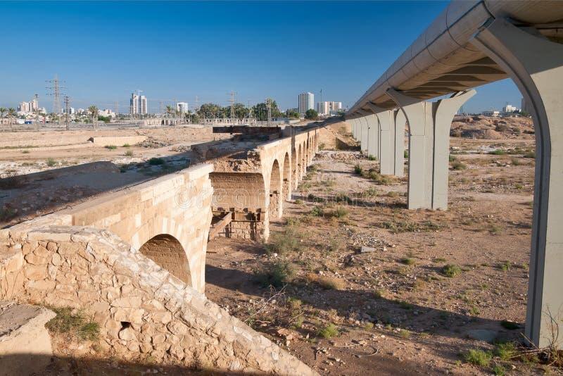 BIÈRE-SHEVA, ISRAËL 18 SEPTEMBRE 2012 : Vieux rail turc et nouveau photo libre de droits
