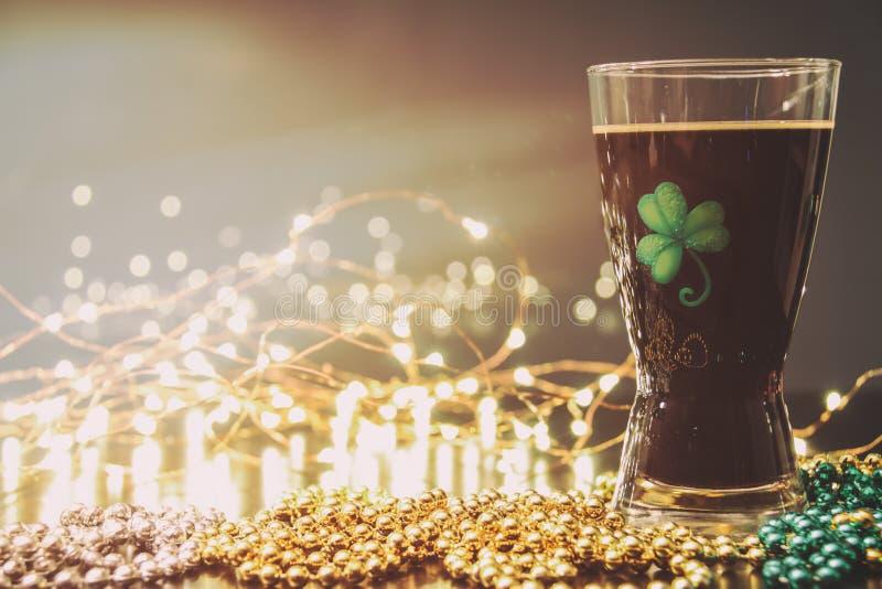 Bière vaillante irlandaise de jour de St Patricks image stock