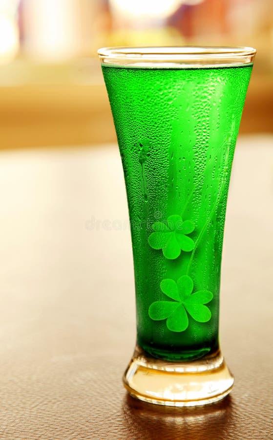 Bière verte froide photographie stock