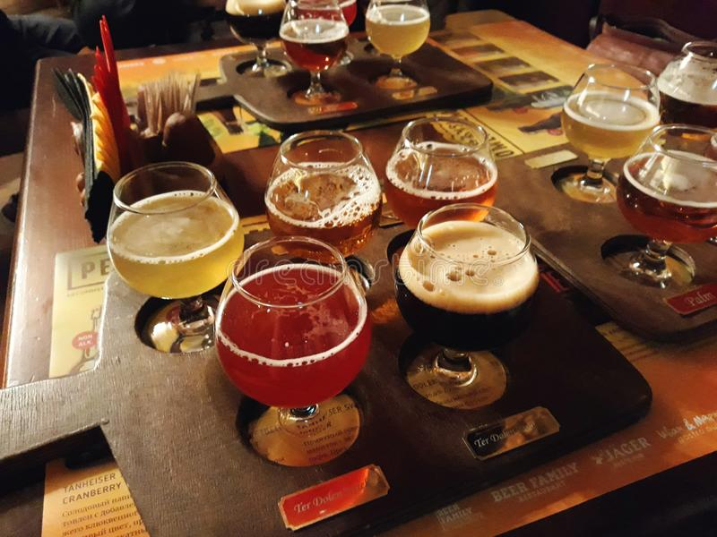 Bières assorties dans un vol prêt pour la dégustation image libre de droits