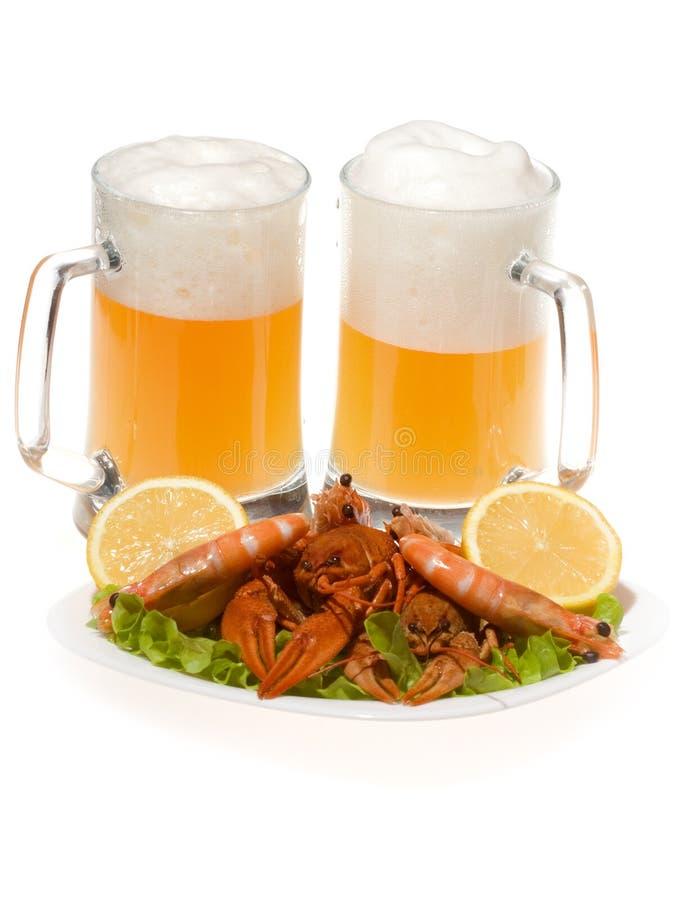 Bières avec des crevettes et des crayfishs images libres de droits