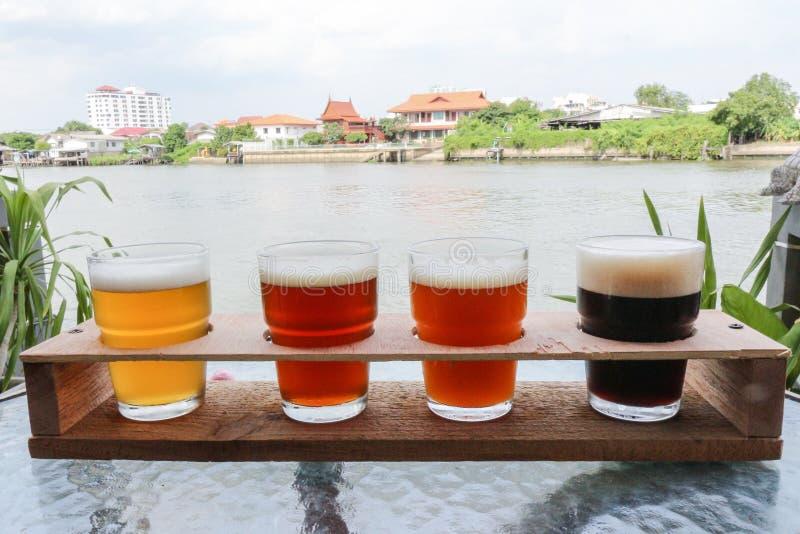 Bières de métier dans un vol images stock