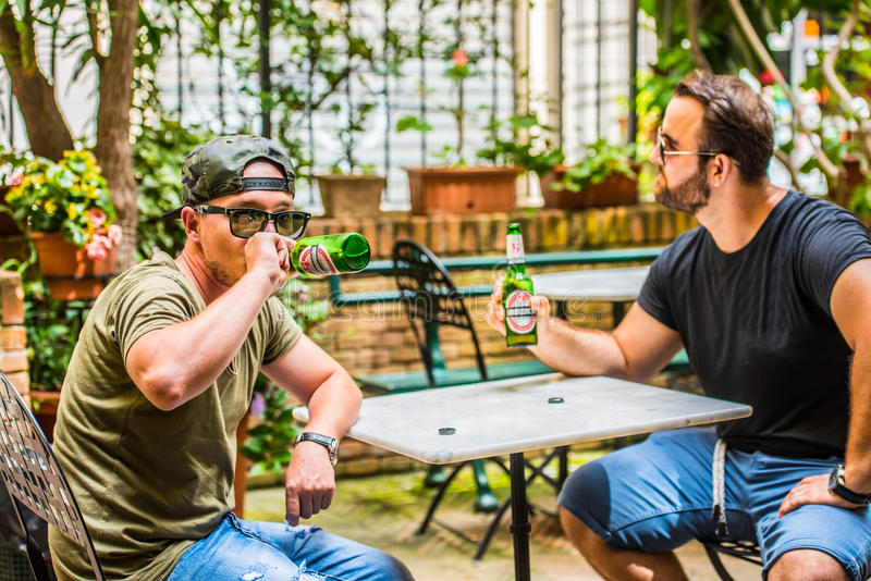 Bières potables dans une barre image libre de droits