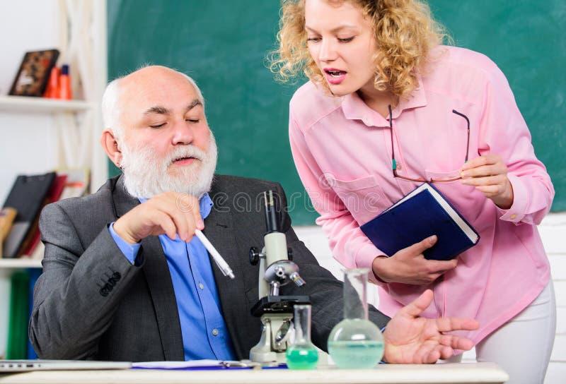 Biólogo ou químico com biologia de ensino do estudante do microscópio Biologia do estudo Pesquisa biol?gica Universidade da facul fotografia de stock royalty free